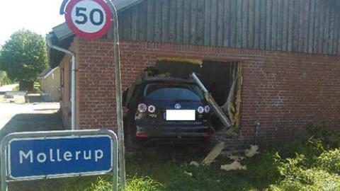 en bil har torpederet hus