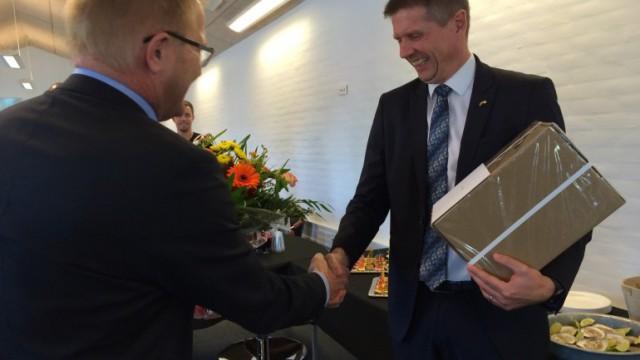 Borgmester Hans Ejner Bertelsen overrakte kommunens gave, der var fra sidste års vinder Morsø Jernstøberi, til Vilsund Blue ved DI's Initiativpris 2015.