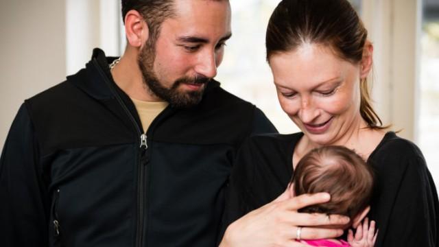 Lene og Martin beundrer lille Melina