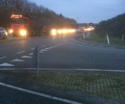 Kl. 7-50 var der meget lang kø til at komme ud på Hovedvej A11. Billedet er taget i retning mod Vildsund-broen. Privatfoto