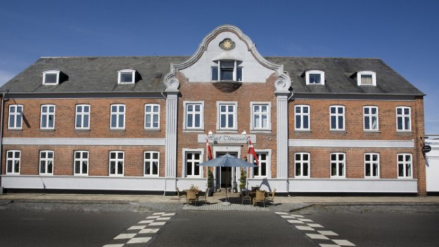 hotel-thinggaard-facade-indgang-30x15cm-300dpi-1030x519